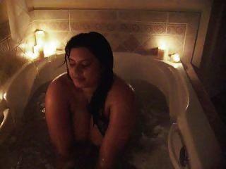 sophia nimmt ein Bad ihre riesigen Melonen vorführt