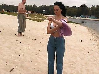 öffentliche Nacktheit am Strand nackt