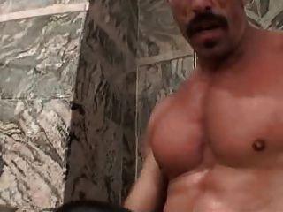 muskulösen Vater mit dicken Schnurrbart fucks schlüpfrige Junge
