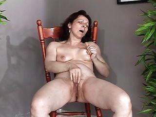 Dame zeigt alle 34