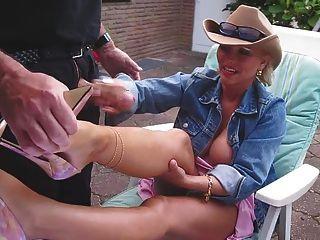 Wichsen und Cumshot auf ihre nacked Beine mit schönen High-Heels