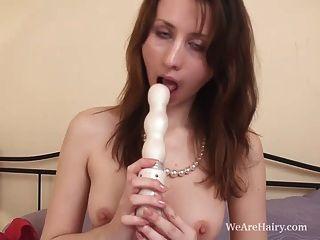 Jasmin stöhnt auf ihre haarige Pussy Insertion