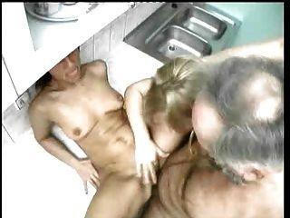 Pfeifenraucher züchtet Frau und Stieftochter