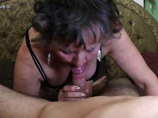 schmutzige Oma wird von ihrem Toyboy gefickt