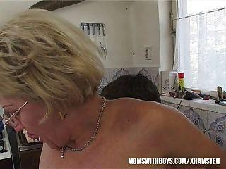wenn Mama ein Sandwich machen Sie ihr Ihre cum ficken und füttern?