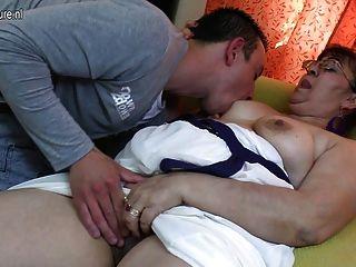 echte alte Oma einen harten jungen Hahn saugen