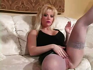 hot blonde MILF in den Fersen Rauchen