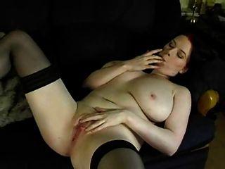 mollig Wäsche Hausfrau auf dem Sofa masturbiert
