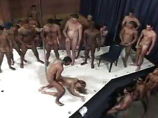 eine brasilianische Frau und 100 Männer