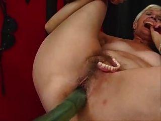 eine andere Oma arbeitet auf einer Sex-Maschine aus