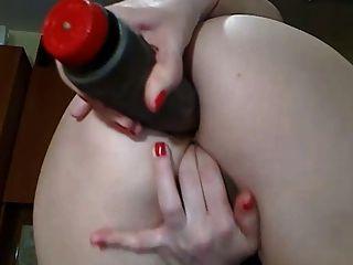 sexy Cam-Mädchen mit perfekten Arsch spielt in ihren Arsch mit Dildo