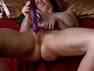 geile Oma spielt mit sich selbst