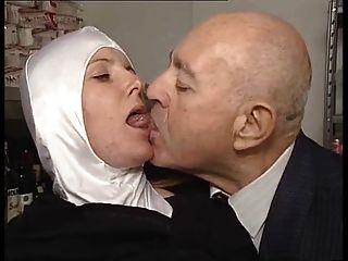Schwester dumcunt von schmutzigen alten Mann an der paki Shop gefickt