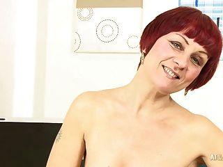45-jährige MILF Penny Bäche zeigt ihre geile Muschi