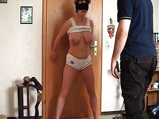 Frau bekommt ihre Fotze und Titten schlug und trat