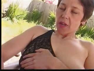 haarige reife masturbiert im Garten