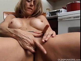 geile reife Babe mit großen Brustwarzen reibt sich ihre saftigen Fotze für