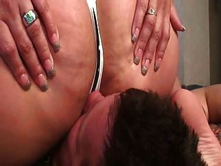 Facesitting-Slave mit mollig sexy ass
