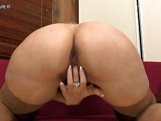 blonde reife Mutter mit ihren nassen Pussy spielen