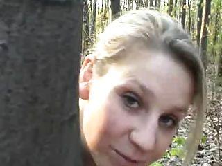 blonde Paare ersten Mal vor der Kamera ficken in einem Wald - csm