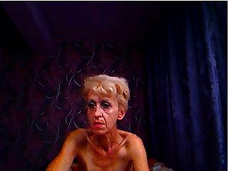 hässlichen Oma posiert für Nocken- und stochert ass