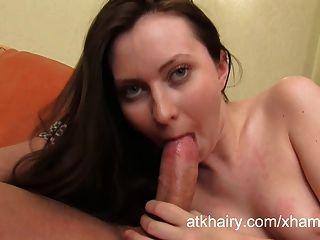 haarige Mädchen angela genießt auf ihrem Gesicht cum