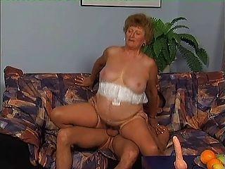 Oma in Strümpfen eifrig für Hahn