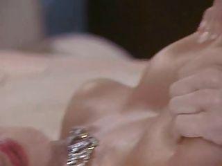 Sarah Young zeigt ihren sexy Arsch