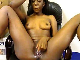 afrikanisches Mädchen masturbiert im Amt