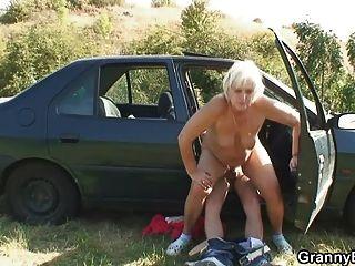 Oma haben für eine Fahrt zu bezahlen