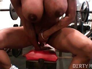 Pussy spielen in der Turnhalle