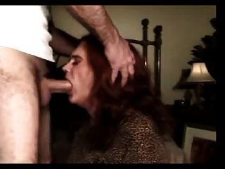 reifen und erfahrenen Transvestit in den Mund gefickt