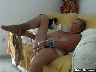 Oma mit großen Titten masturbiert und ruft Finger gefickt