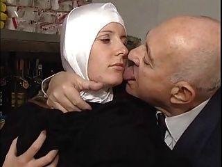 Nonne und schmutziger alter Mann - soft