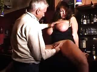 große tited Milf in einer Bar gefickt