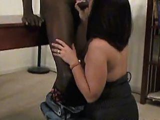 ein sexy reifen in Strumpfhosen nimmt einen schwarzen Schwanz