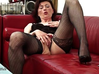 schmutzige Oma spielt mit ihrem alten Pussy