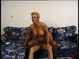 blond Mutter mag ihre Schwänze lang und dick