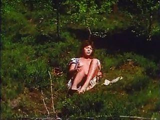 retro - Mädchen masturbiert im Freien