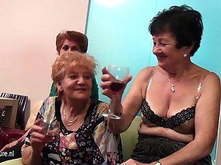 alte und junge Lesben in einem Raum voller reifen führen