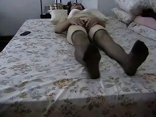 Amateur Oma masturbiert ihre haarige Pussy!