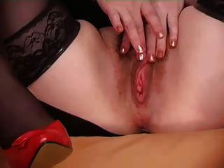 behaarte Frau zeigt ihre Muschi
