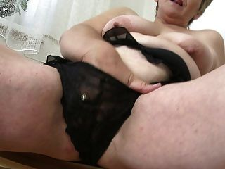 sexy alte Oma spielt mit ihrem alten Möse