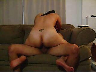 Hot Latin Amateur Brunette, der eine gute Fahrt auf der Couch zu geben