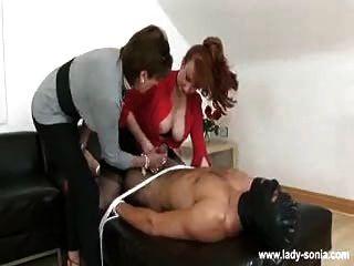 2 doms wichsen Sklave und sitzen auf seinem Gesicht