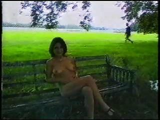 sexy britische Dame im Freien