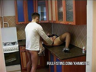heiße Hündin wird gefistet und Arsch gefickt in der Küche
