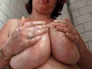 Fett vollbusige behaarten Frau in der Dusche