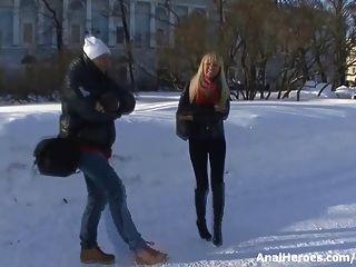 eine heiße blonde Küken mit perfekten Arsch wird verführt und gefickt