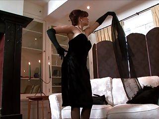 holly küssen - eine Dame, die alle in schwarz gekleidet!